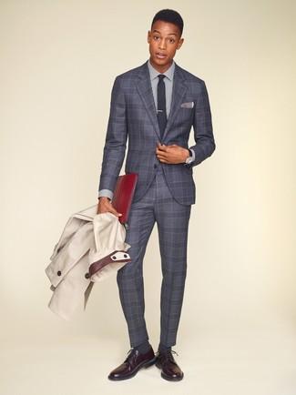 Cómo combinar: zapatos derby de cuero burdeos, camisa de vestir de rayas verticales en blanco y azul marino, traje de tartán gris, gabardina en beige