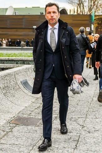 Combinar una parka azul marino: Ponte una parka azul marino y un traje de rayas verticales azul marino para después del trabajo. Con el calzado, sé más clásico y elige un par de mocasín de cuero negro.