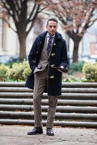 Outfits hombres en invierno 2020: Elige una trenca azul marino y un traje de lana marrón para una apariencia clásica y elegante. Botas brogue de cuero morado oscuro resaltaran una combinación tan clásico. Para el invierno, es una solución inspiradora.