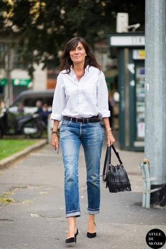 Usa una camisa de vestir blanca y unos vaqueros boyfriend azules para una apariencia fácil de vestir para todos los días. ¿Por qué no ponerse zapatos de tacón de ante negros a la combinación para dar una sensación más clásica?