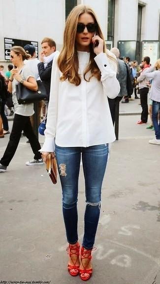 Look de Olivia Palermo: Camisa de Vestir Blanca, Vaqueros Pitillo Desgastados Azul Marino, Sandalias de Tacón de Cuero Rojas, Cartera Sobre de Cuero Marrón Claro