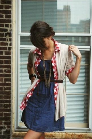 Cómo combinar: correa de cuero tejida en marrón oscuro, camisa de vestir de cuadro vichy en rojo y blanco, vestido de tirantes de cambray azul marino, cárdigan abierto en beige