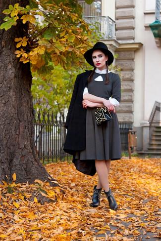 Cómo combinar: botines de cuero negros, camisa de vestir blanca, vestido de vuelo gris, abrigo negro