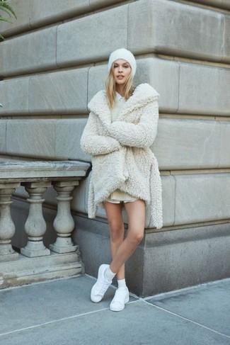Cómo combinar: tenis de cuero blancos, camisa de vestir blanca, vestido jersey en beige, abrigo de piel blanco