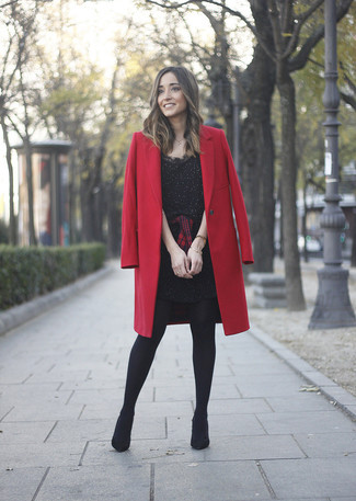 Cómo combinar: botines de ante negros, camisa de vestir de tartán en rojo y negro, vestido tubo con adornos negro, abrigo rojo