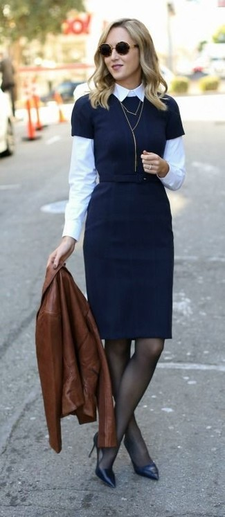 Cómo combinar: zapatos de tacón de cuero negros, camisa de vestir blanca, vestido tubo negro, chaqueta motera de cuero marrón