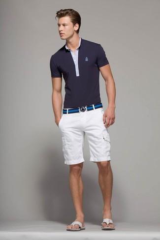 Cómo combinar: camisa polo azul marino, pantalones cortos blancos, chanclas blancas, correa de lona de rayas horizontales azul marino