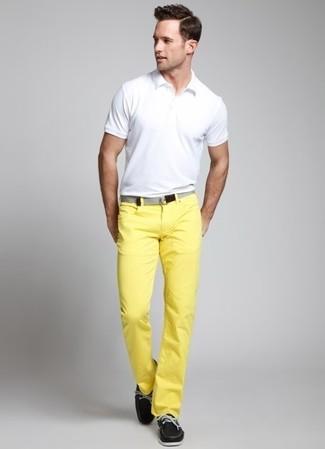 Cómo combinar: camisa polo blanca, pantalón chino amarillo, náuticos de cuero negros, correa de lona gris