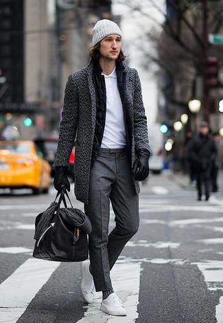 Cómo combinar: pantalón de vestir en gris oscuro, camisa polo blanca, blazer de lana negro, abrigo largo en gris oscuro