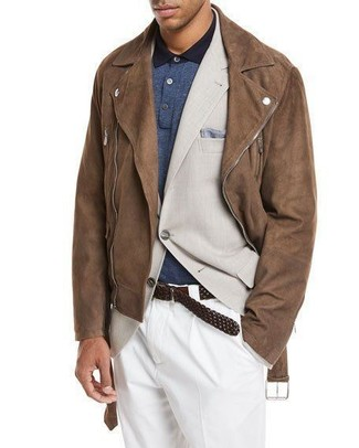Cómo combinar: pantalón de vestir blanco, camisa polo azul marino, blazer en beige, chaqueta motera de ante marrón