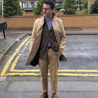 Combinar una gabardina marrón claro: Empareja una gabardina marrón claro junto a un pantalón chino marrón claro para un lindo look para el trabajo. Si no quieres vestir totalmente formal, elige un par de botas safari de ante marrónes.