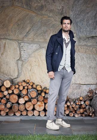 Cómo combinar: pantalón chino gris, camisa polo de rayas horizontales en blanco y negro, cárdigan gris, chaquetón azul marino