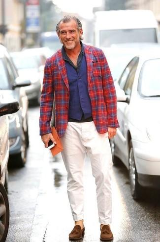 Cómo combinar: pantalón chino blanco, camisa polo en gris oscuro, chaleco de vestir azul marino, blazer de tartán en rojo y azul marino