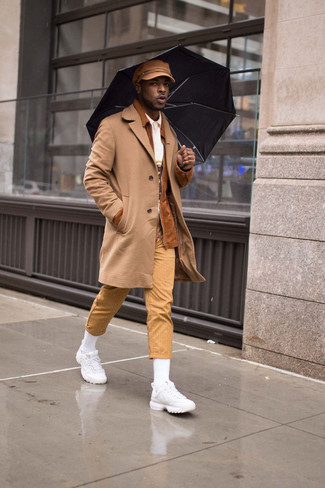 Combinar unas deportivas blancas: Elige un abrigo largo marrón claro y un pantalón chino de rayas verticales marrón claro para crear un estilo informal elegante. Para darle un toque relax a tu outfit utiliza deportivas blancas.