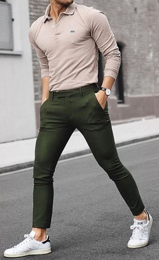 Cómo combinar: camisa polo en beige, pantalón chino verde oliva, tenis de cuero blancos, reloj de cuero negro