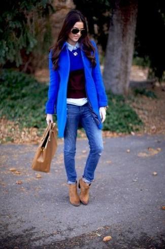 Cómo combinar: vaqueros pitillo desgastados azules, camisa polo celeste, jersey con cuello circular azul, abrigo azul