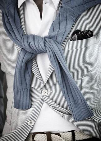 Cómo combinar: pañuelo de bolsillo estampado en negro y blanco, camisa polo blanca, jersey con cuello circular de rayas verticales gris, blazer de rayas verticales en blanco y negro