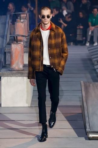 Cómo combinar: pantalón chino negro, camisa polo roja, jersey de ochos blanco, chaqueta estilo camisa de lana en tabaco