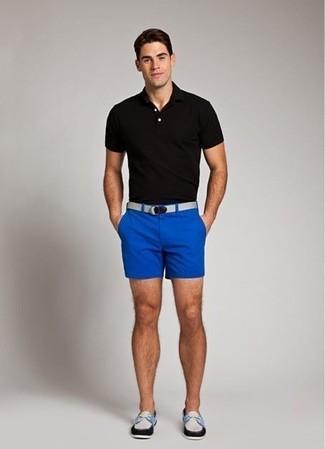 Cómo combinar: camisa polo negra, pantalones cortos azules, náuticos de cuero en blanco y negro, correa de lona gris