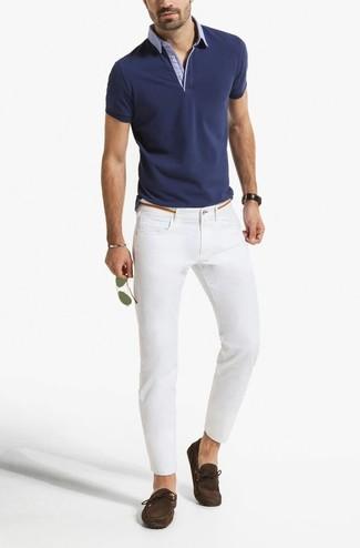 Cómo combinar: camisa polo azul marino, vaqueros pitillo blancos, mocasín de ante en marrón oscuro, gafas de sol doradas