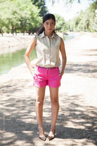 Considera emparejar una camisa sin mangas en beige con unos pantalones cortos rosa para un look diario sin parecer demasiado arreglada. Luce este conjunto con zapatos de tacón de ante de leopardo marrón claro.