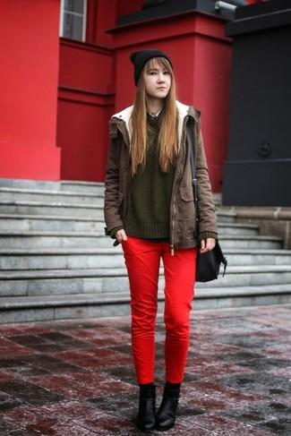 Cómo combinar: pantalones pitillo rojos, camisa sin mangas negra, jersey oversized de punto verde oscuro, parka verde oliva