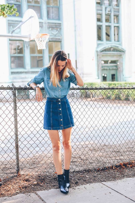 look de moda camisa vaquera azul falda con botones vaquera azul botines de cuero negros moda para mujer