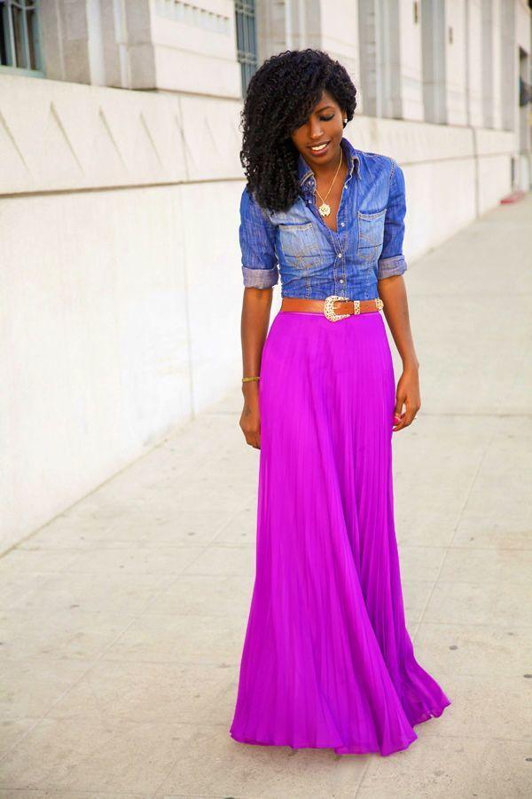 la de una camisa vaquera azul y una falda morado los hace prendas en las