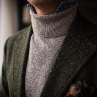 Cómo combinar: pañuelo de bolsillo estampado verde oscuro, camisa vaquera azul, jersey de cuello alto gris, blazer de lana verde oscuro