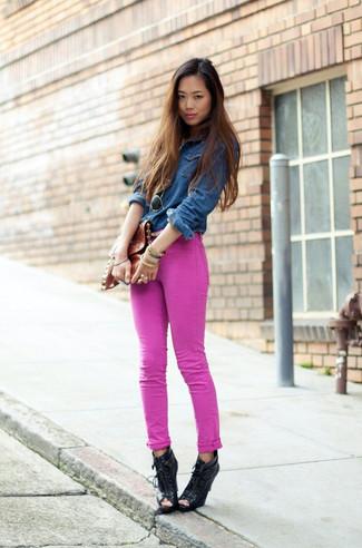 Casa una camisa vaquera azul marino con unos vaqueros pitillo rosa de mujeres de J Brand para cualquier sorpresa que haya en el día. Botines con cordones de cuero con recorte negros añaden la elegancia necesaria ya que, de otra forma, es un look simple.