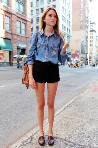 Una camisa vaquera azul y unos pantalones cortos vaqueros negros son prendas que debes tener en tu armario. Con el calzado, sé más clásico y complementa tu atuendo con mocasín de cuero marrón oscuro.