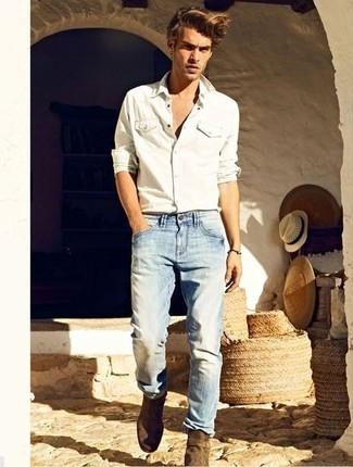 Cómo combinar: camisa vaquera blanca, vaqueros celestes, botines chelsea de ante marrónes
