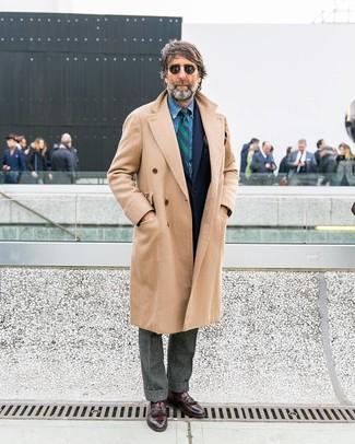 Cómo combinar: pantalón de vestir de lana gris, camisa vaquera azul, blazer de lana azul marino, abrigo largo en beige
