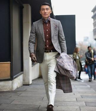 Cómo combinar: pantalón de vestir blanco, camisa vaquera marrón, blazer de lana gris, abrigo largo de tartán gris