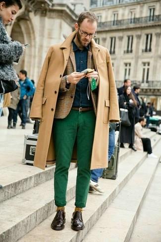 Cómo combinar: pantalón chino verde, camisa vaquera azul marino, blazer de lana de tartán marrón claro, abrigo largo marrón claro
