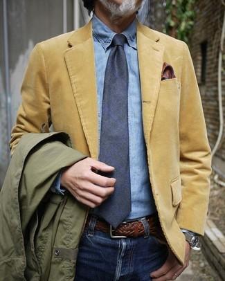 Cómo combinar: vaqueros azules, camisa vaquera celeste, blazer de pana marrón claro, chaqueta campo verde oliva