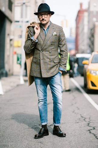 Combinar unos calcetines en marrón oscuro: Casa un abrigo largo marrón claro con unos calcetines en marrón oscuro transmitirán una vibra libre y relajada. Zapatos oxford de cuero en marrón oscuro son una forma sencilla de mejorar tu look.