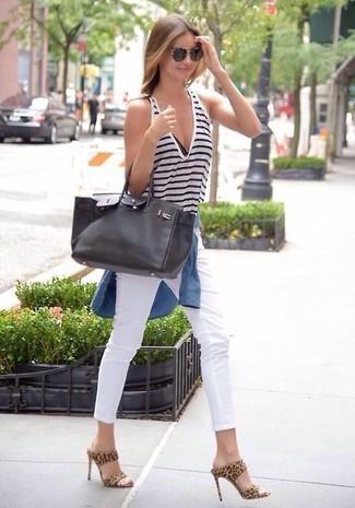 Emparejar una camisa vaquera azul y unas gafas de sol naranjas es una opción cómoda para hacer diligencias en la ciudad. ¿Te sientes ingenioso? Dale el toque final a tu atuendo con chinelas de ante de leopardo marrón claro.