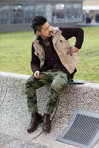 Cómo combinar: pantalón cargo de camuflaje verde oliva, camisa vaquera azul, cárdigan de punto en marrón oscuro, chaleco de abrigo en beige