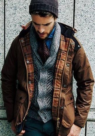 Combinar una parka en marrón oscuro: Equípate una parka en marrón oscuro junto a un pantalón de vestir de lana negro para las 8 horas.
