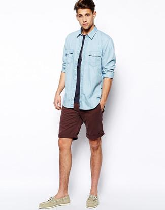 Cómo combinar: camisa vaquera celeste, camiseta con cuello circular azul marino, pantalones cortos burdeos, náuticos de cuero en beige