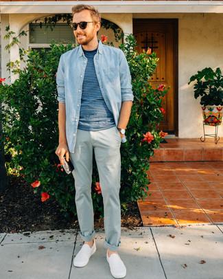 Cómo combinar: camisa vaquera celeste, camiseta con cuello circular de rayas horizontales azul, pantalón chino celeste, zapatillas slip-on blancas