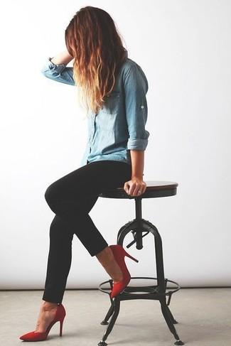 Elige una camisa vaquera celeste y unos vaqueros pitillo negros para conseguir una apariencia relajada pero chic. Zapatos de tacón de ante rojos añaden la elegancia necesaria ya que, de otra forma, es un look simple.
