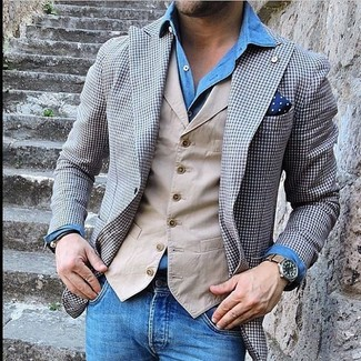 Cómo combinar: vaqueros azules, camisa vaquera azul, chaleco de vestir en beige, blazer de cuadro vichy gris