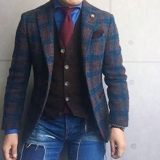 Cómo combinar: vaqueros pitillo desgastados azules, camisa vaquera azul, chaleco de vestir en marrón oscuro, blazer de lana a cuadros en marrón oscuro