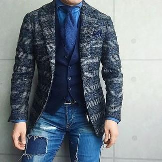 Cómo combinar: vaqueros pitillo desgastados azules, camisa vaquera azul, chaleco de vestir de algodón azul marino, blazer de lana de tartán azul marino