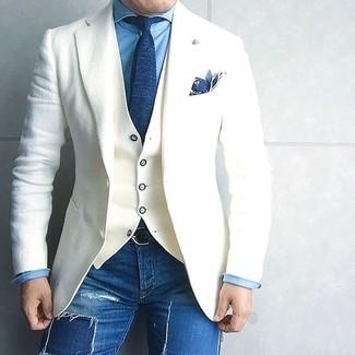 Cómo combinar: vaqueros pitillo desgastados azules, camisa vaquera azul, chaleco de vestir blanco, blazer de lana blanco
