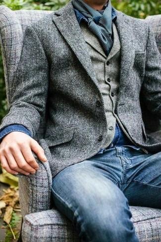 Cómo combinar: vaqueros azules, camisa vaquera azul, chaleco de vestir de lana de espiguilla gris, blazer de lana de espiguilla gris