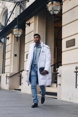Combinar un abrigo de plumón en blanco y negro: Intenta combinar un abrigo de plumón en blanco y negro junto a unos vaqueros azules para un look diario sin parecer demasiado arreglada. ¿Te sientes valiente? Elige un par de botines chelsea de cuero negros.