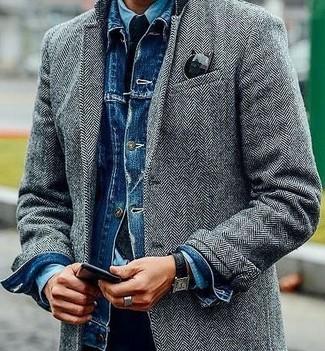 Cómo combinar: pantalón chino negro, camisa vaquera celeste, chaqueta vaquera azul, abrigo largo de espiguilla gris